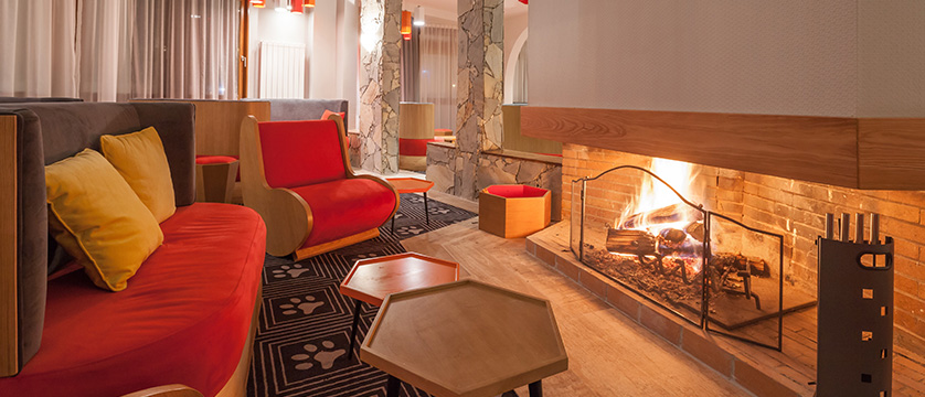 France_Alpe-dHuez_Hotel_le_royal_ours_blanc_lounge_ope_fire.jpg
